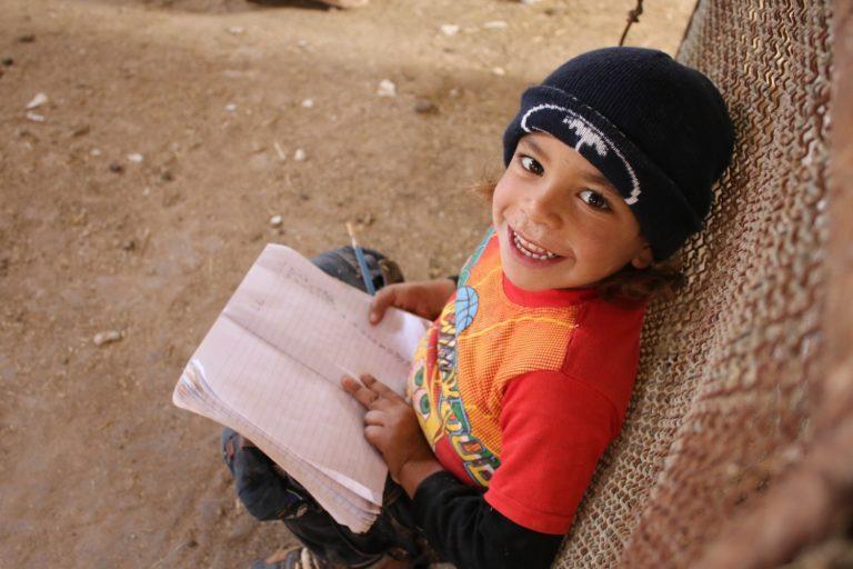 5-årige Seif-ed-Dien er fra Syrien. Børn som ham gør alt, hvad de kan for at opretholde deres skolegang på trods af krigen. © UNICEF/UN041539/anonymous